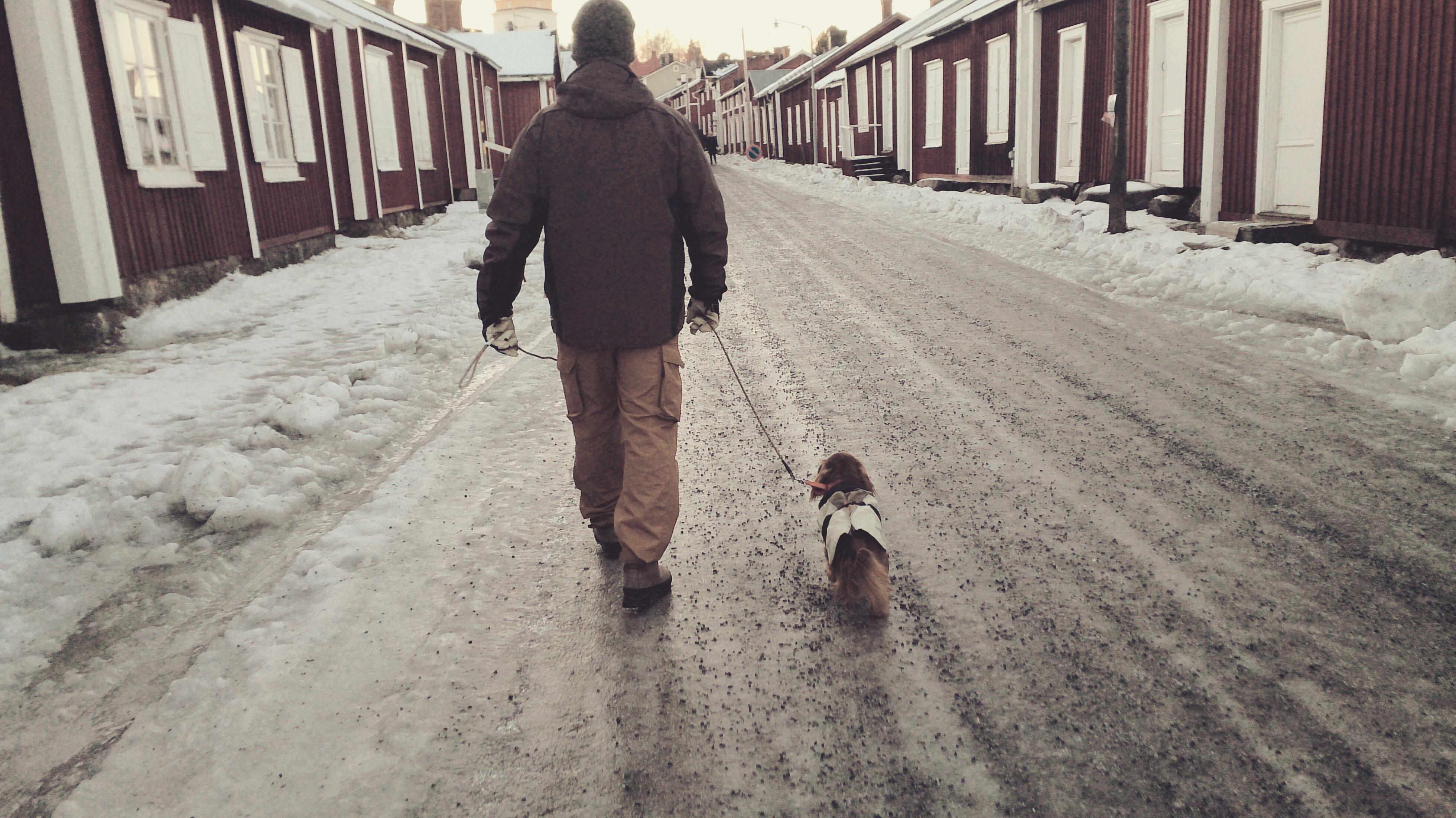 Husse och Theo går genom kyrkbyn (ett världsarv).